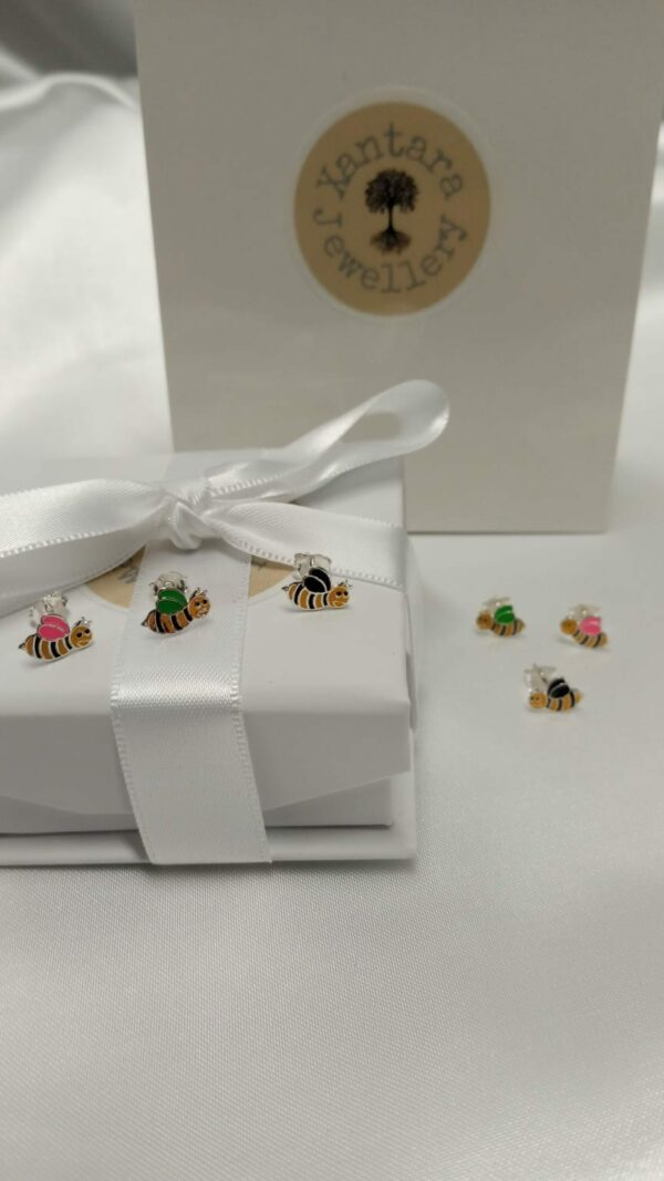 bees with different colour wings